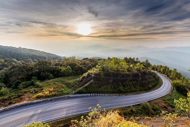 Утренняя смотровая площадка дойинтанон, национальный парк дойинтанон, чиангмай, таиланд