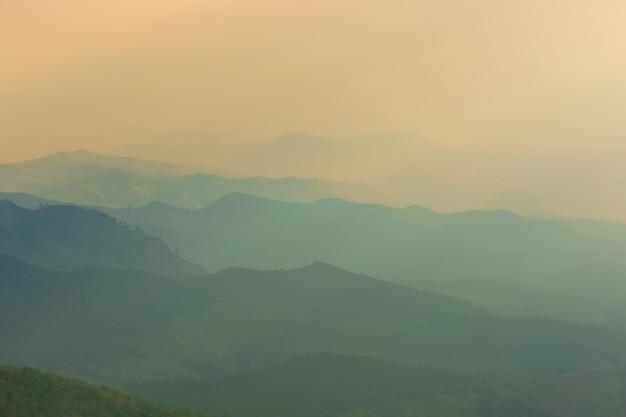 Пейзаж горы и теплый свет и дождливая природа, doi inthanon, чиангмай, таиланд