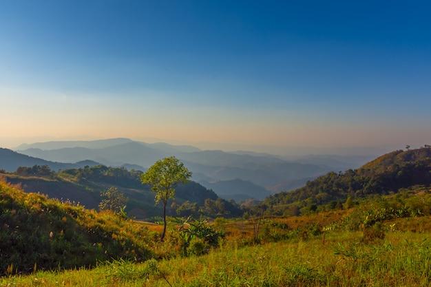 Doi pha phueng、nan、タイの山の日の出の風景