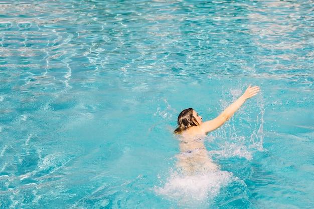 Fare nuoto di strisciare davanti