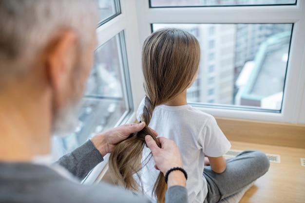髪をする。娘に髪をしている白髪のお父さん