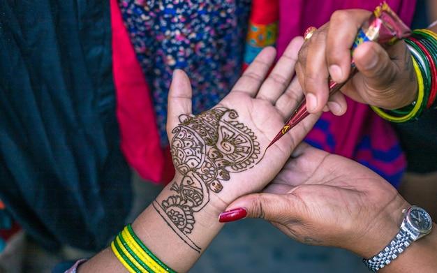 Творчество мехенди под рукой во время непальского фестиваля в катманду, непал.
