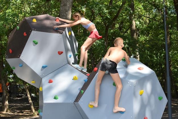 一緒にスポーツをする。チームワーク。男の子と女の子が一緒に遊んでいます。