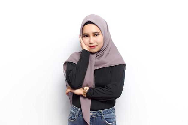 젊은 아름 다운 이슬람 아시아 여성의 일부 포즈를 하 고 베일 히잡과 검은 셔츠를 드레스