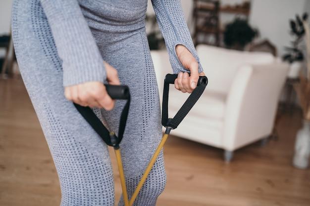 Занятия спортом дома онлайн упражнение с эспандером эспандер крупным планом на работе