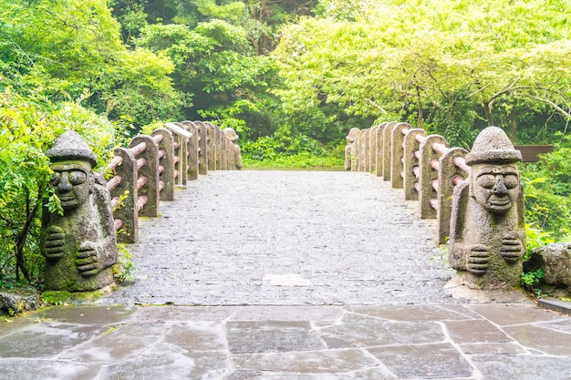 천지연 폭포의 돌 하루 반 다리