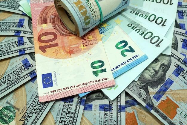 Банкноты доллара и евро разложены веером
