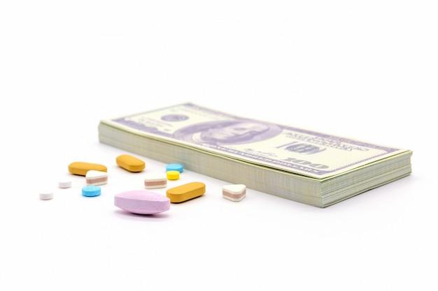 Долларовая банка и капсулы с лекарствами