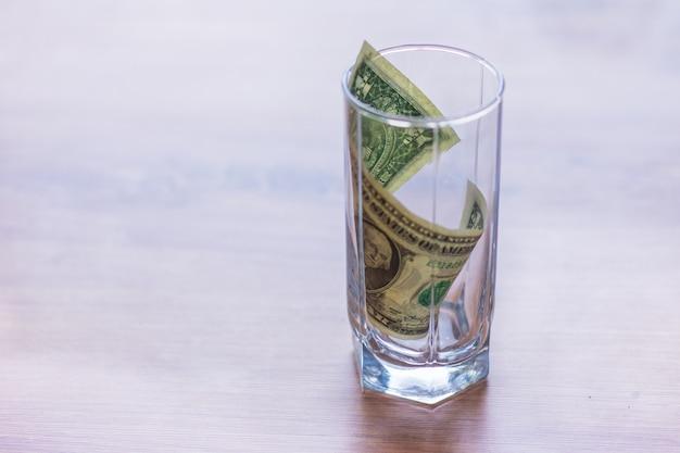 ガラスの瓶にドル紙幣