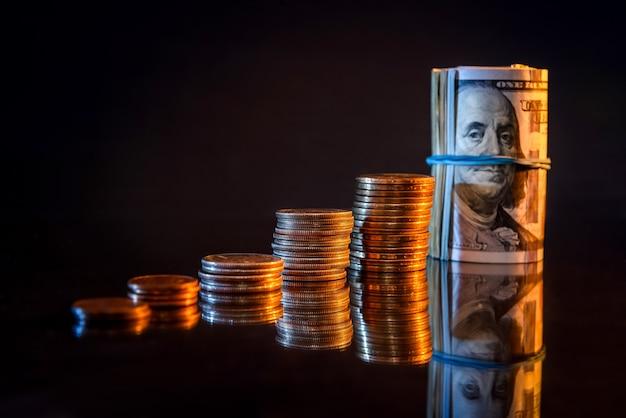 Доллар банкноты и монеты на темном фоне