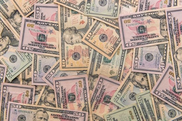 나무 테이블에 분산 달러 지폐를 닫습니다. 프리미엄 사진