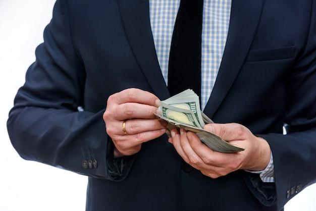 Банкноты доллара в мужских руках крупным планом