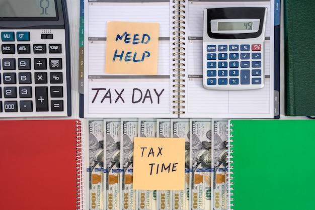 계산기와 메모장, 세금의 날 달러 지폐