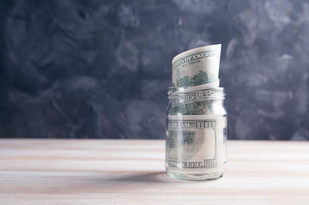 Долларовая банкнота в банке