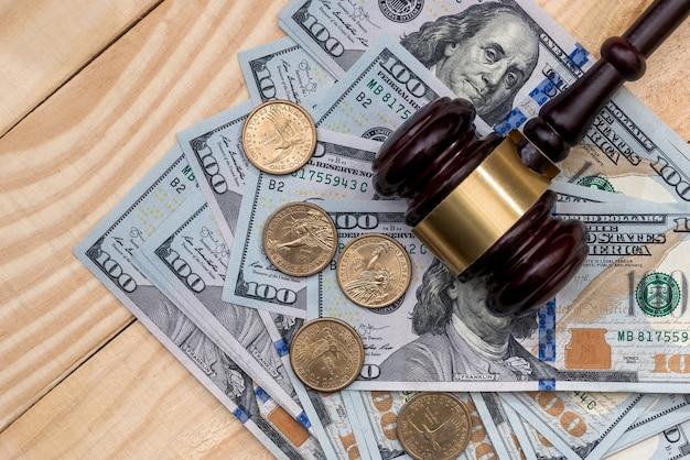 ドル紙幣と木製ハンマーで硬貨