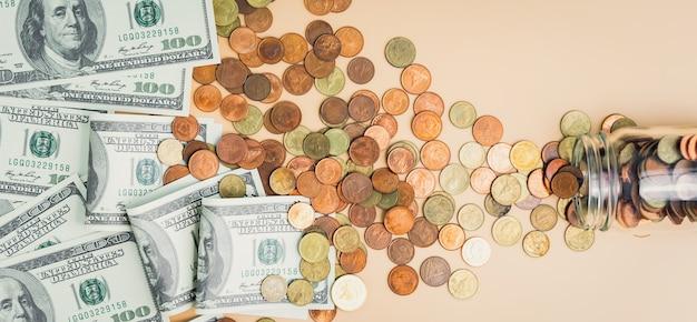 달러 지폐와 더미 동전 병, 돈 성장 개념 및 목표 성공.