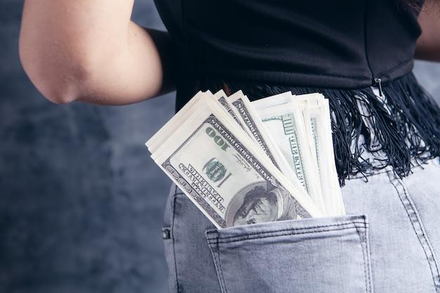 소녀의 뒷주머니에 있는 달러 지폐