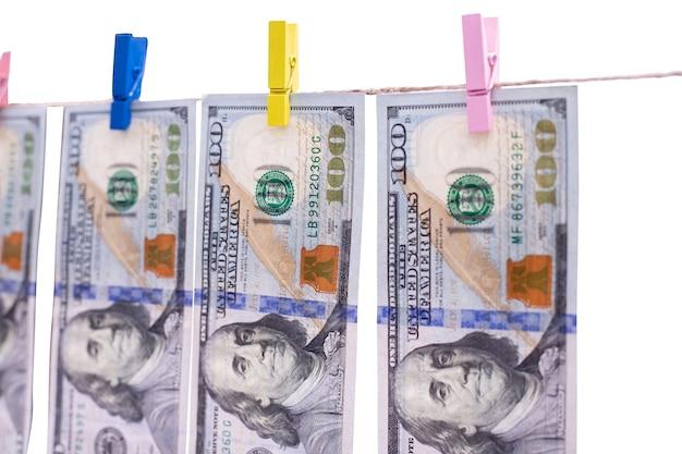 クローズアップで洗った後、ロープで乾かすために残されたドル紙幣の洗濯物