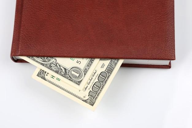 노트북에 달러 지폐가 들어 있습니다.