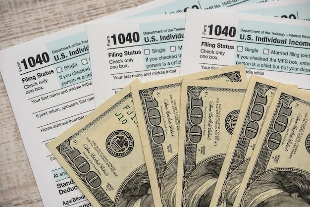 1040 세금 양식 금융 개념 2020에 달러 지폐