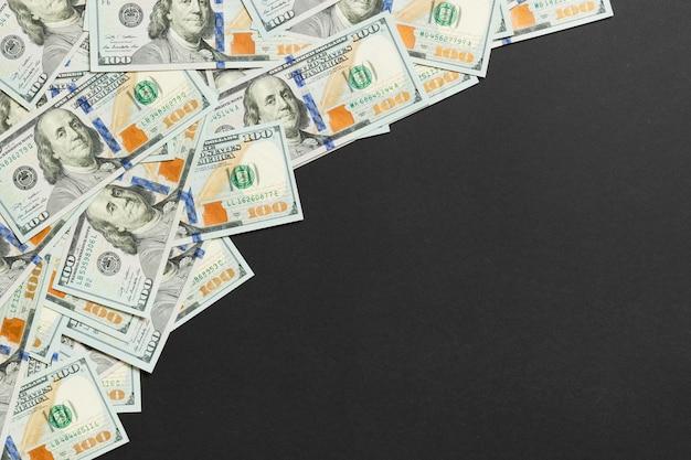 Долларовые купюры на черном