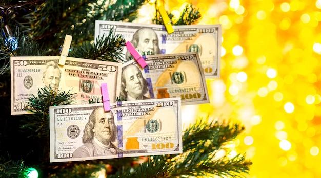 クリスマスツリーのドル紙幣新年の富を願います