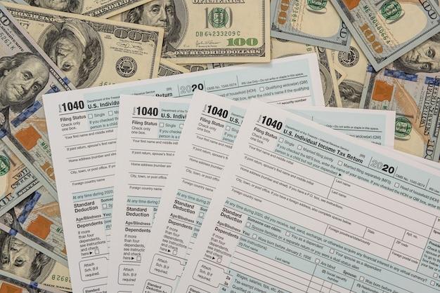 미국 개인 1040 세금 양식, 회계사 개념에 달러 지폐
