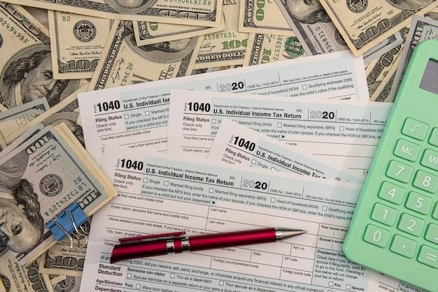 미국 개인 1040 세금 양식, 회계사 개념의 달러 지폐