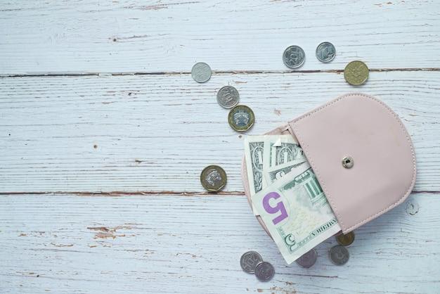 분홍색 배경에 가죽으로 된 달러 현금