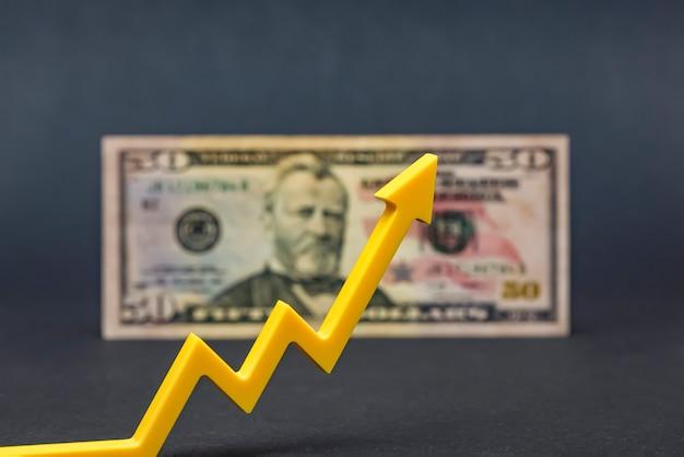 달러 인플레이션, 달러 가치 하락, 미국 통화의 구매력 감소. 공간을 복사하십시오. 검은 색과 위쪽 화살표에 50 달러 지폐. 프리미엄 사진