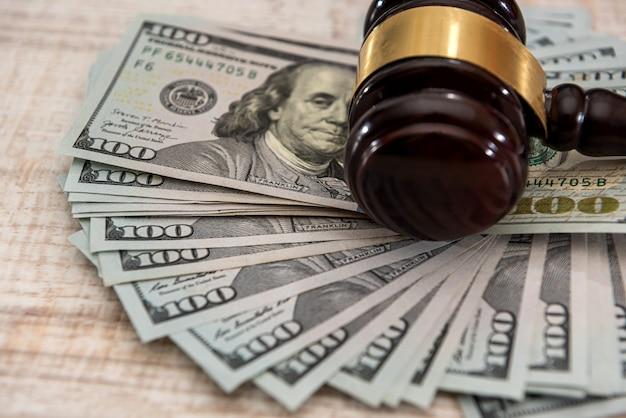 Долларовые деньги и молоток судей на столе. суд и взятка. коррупция