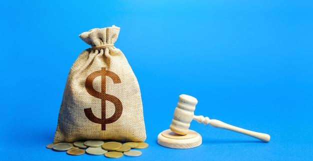 Сумка для долларовых денег и молоток судьи. судебные разбирательства, разрешение споров, урегулирование конфликта интересов