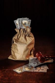 ドルのお金の袋と裁判官の小槌 弁護士サービス 権利の保護 垂直方向の画像