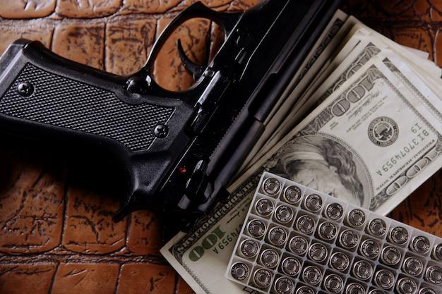 달러 지폐와 총, 검은 권총