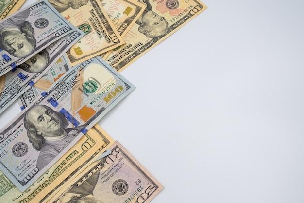 お金の概念の背景のドルノート