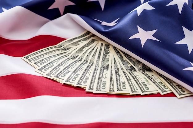미국 국기에 달러를 닫습니다.