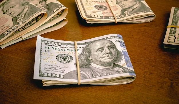 나무 테이블에 달러 usd 미국 달러 지폐