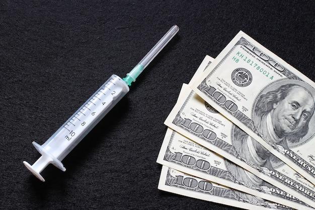 Доллары и лекарства как символ стоимости лечения