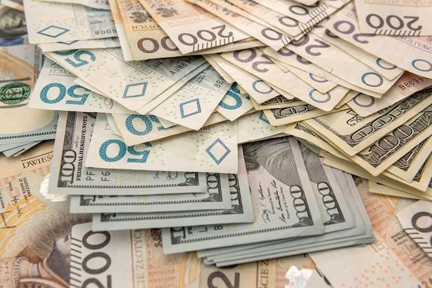 비즈니스 금융 배경 개념으로 달러와 폴란드 즐로티 pln