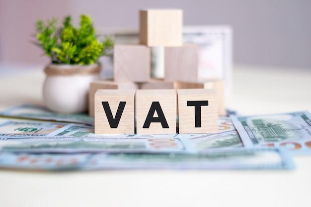 電卓と付加価値税を含むドル紙幣