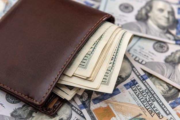 ダークレザーの財布にドル紙幣