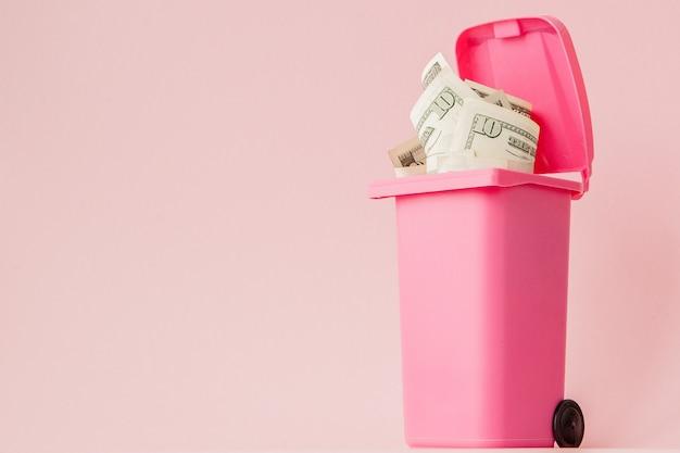 ピンクのゴミ箱にドル紙幣