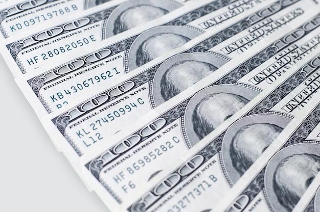 灰色の背景にドル紙幣。世界的な金融危機の概念