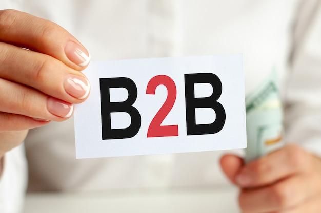 달러 빌, 흰색 배경에 흰색 메모장 시트. b2b 텍스트. 금융 및 경제 개념. 금융 개념. b2b b2b 약자