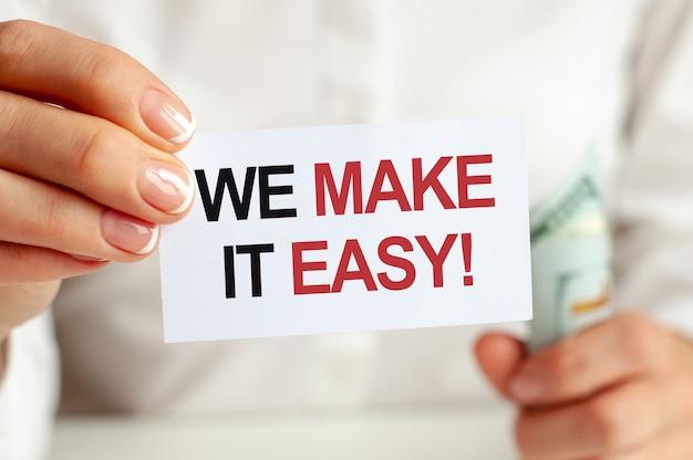 ドル札、白い背景の上の白いメモ帳シート。私たちはそれを簡単なテキストにします