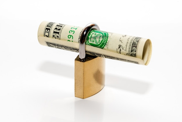 Долларовая банкнота с замком. концепции финансовой безопасности