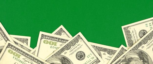Доллары границы баннера фон на зеленом офисном столе, фото бизнес-концепции с копией пространства