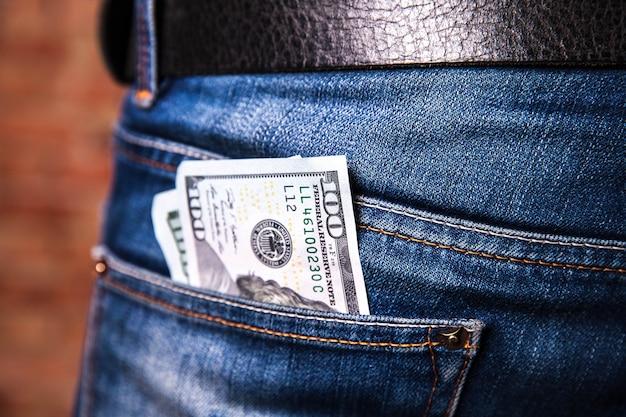 Доллары в кармане джинсов, крупным планом