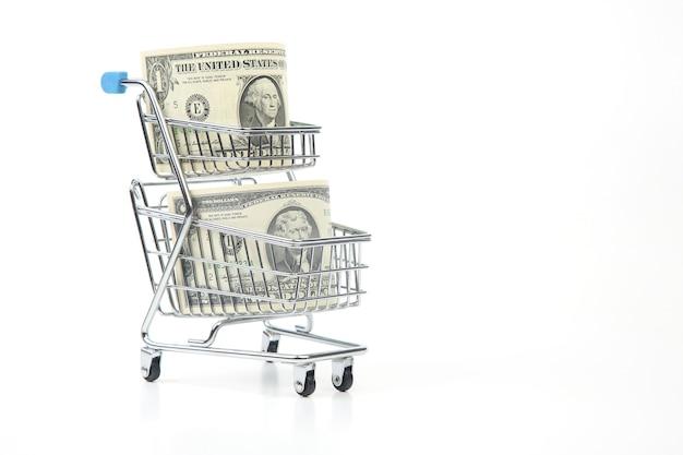 Доллары в корзине супермаркета. покупка продуктов питания и товаров. бизнес на продажу. экономия покупок