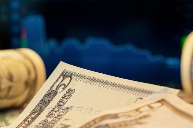 価格チャート付きモニターの前のドル。外国為替と取引。閉じる。